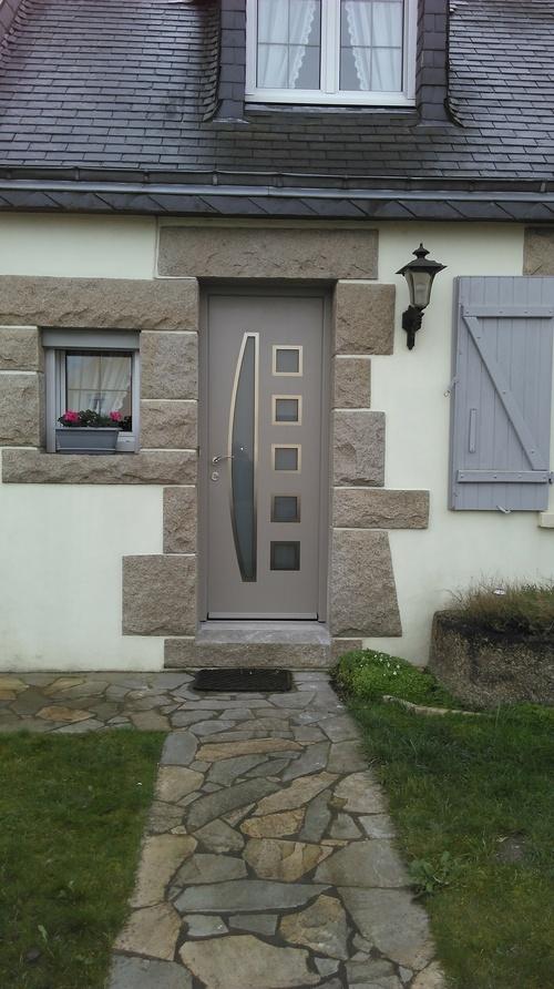 Porte d''entrée alu claire avec insertions vitrées - Langueux