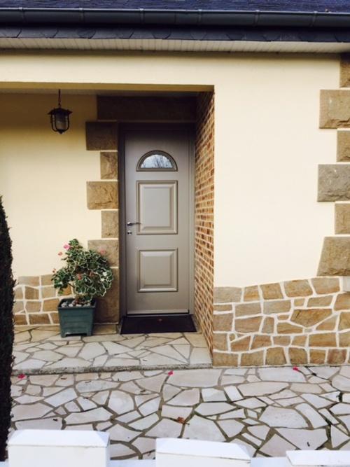 la porte d''entrée en alu est traditionnelle grâce à ses moulures. Elle est aussi dotée des technologies isolantes et de sécurité optimales. Chantier à Saint-Brieuc, dans les Côtes d''Armor