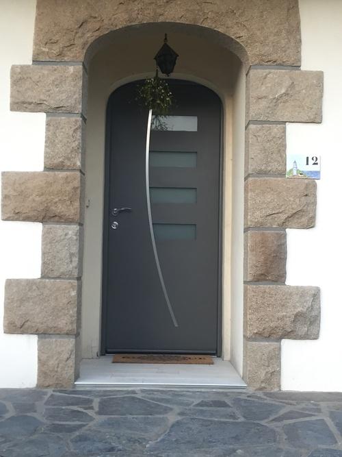 Porte entrée alu gris - Maison néo bretonne - Saint-Brieuc - Bretagne