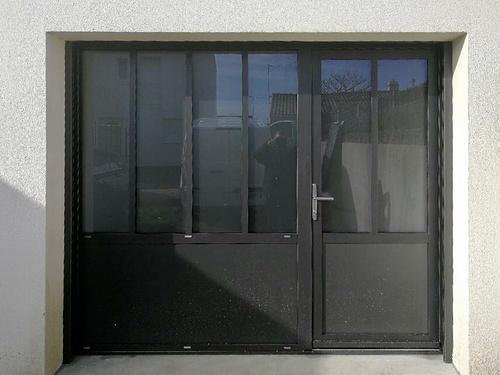 Verrière avec porte d''entrée intégrée